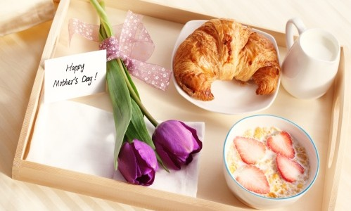 Mother 39 s day ideas surprise your mom with breakfast in for Easy breakfast in bed ideas